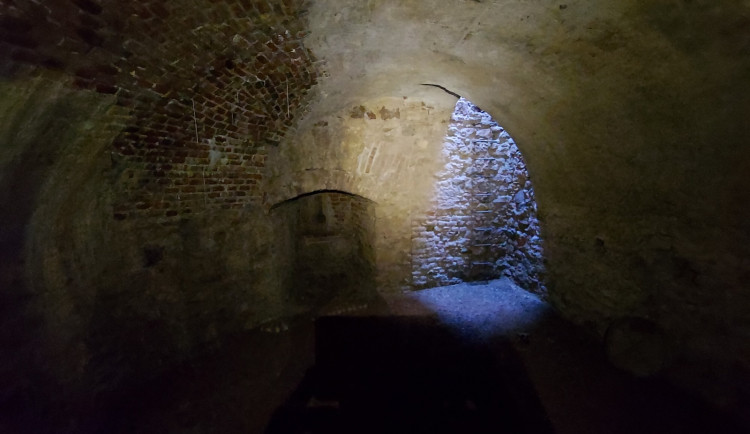 Středověké sklepení pod hotelem Slavia se otevře veřejnosti