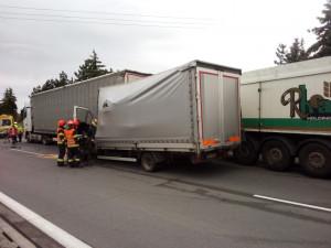 Nehoda zablokovala dopravu na dálnici D1, čeká se na odtah vozidel