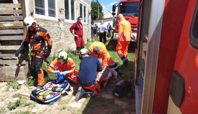Muže na stavbě zavalily sutiny, je v kritickém stavu