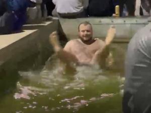 Koupačka na Moraváku. Otužilec zahájil plaveckou sezonu v kašně