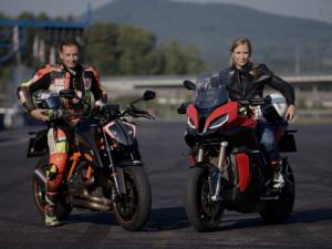 Motocyklisté trénují bezpečnou jízdu na polygonech v ČR