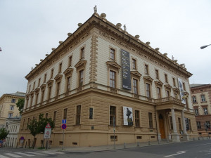 Filharmonie Brno chystá sérii koncertů venku u Besedního domu
