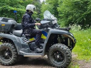 Policisté si v Moravském krasu posvítili na bezohledné motoristy, kteří ničí přírodu