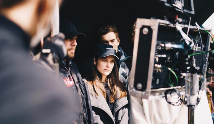 Mladí filmaři natáčí na jižní Moravě snímek s Judit Bárdos a Dušanem Vitázkem. Kvůli koronaviru shání finance na dotočení