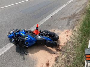 Motorkář zemřel po nárazu do svodidel, jeho spolujezdkyně bojuje o život