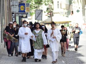Feministicko-katoličtí aktivisté vystoupili ve Špalíčku, protože se jim nelíbí, komu patří