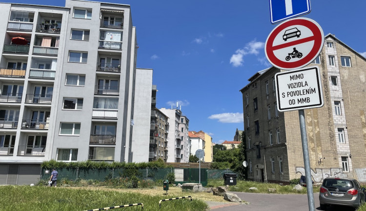 V brněnských vnitroblocích zaparkují jen místní