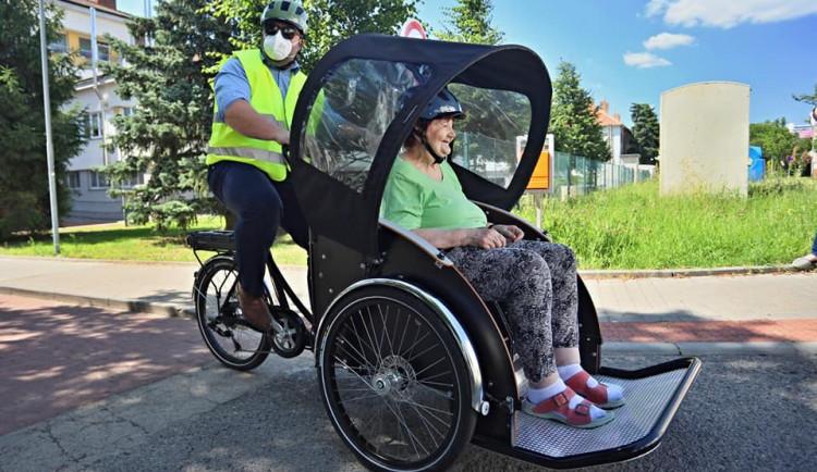 Důchodce vyveze na výlet cyklorikša