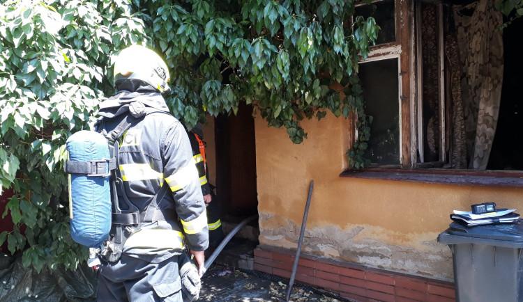 V Brně hořel rodinný dům, seniorka je v kritickém stavu