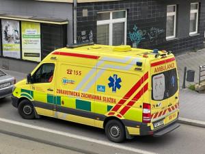 Ženu v Brně srazilo auto, když seděla na lavičce na zastávce. Zraněním podlehla