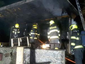 Tragický požár chaty v Brně: Jedna osoba nepřežila, druhá je zraněná