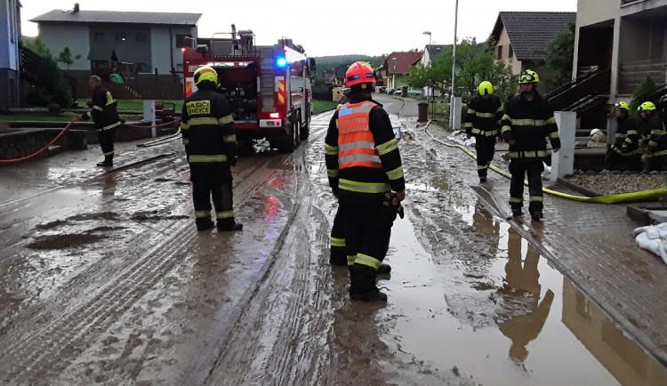 Jižní Moravu zasáhly silné bouřky, část domácností je bez proudu