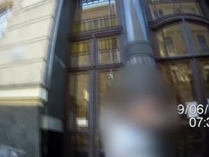 Strážníci v Brně pod hrozbou zbraně spoutali podezřelého z vloupání