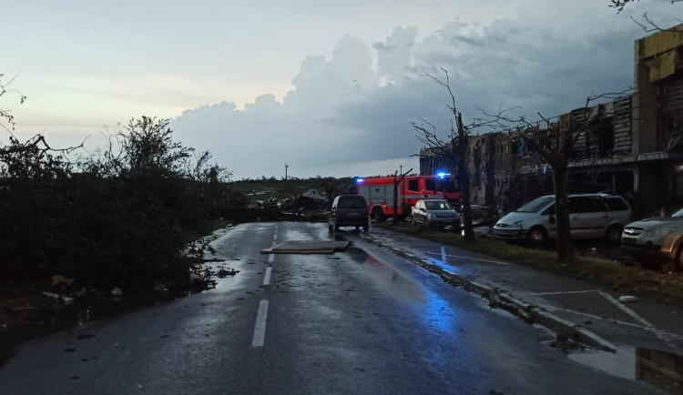 Pokud nemusíte, do zasažených oblastí nejezděte, vyzývají záchranáři. Veřejná doprava je v některých místech ochromena