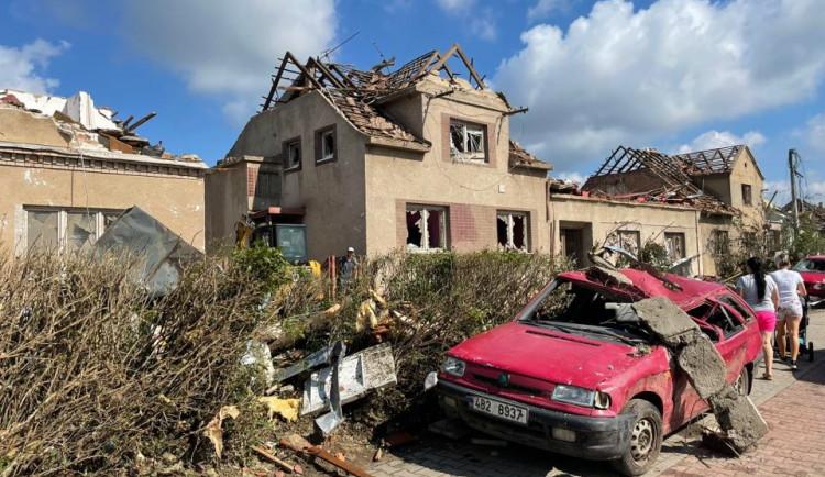 Svítání ukázalo následky včerejší bouřky v plném rozsahu, potvrzeno je pět obětí