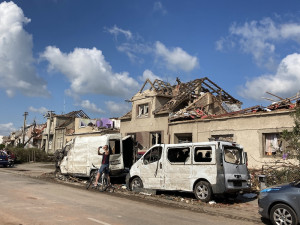 OBRAZEM: Zdecimované obce na Břeclavsku a Hodonínsku. Tornádo bralo části domů i auta