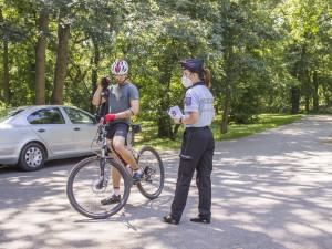 Helma může zachránit život, apelovali policisté na cyklisty