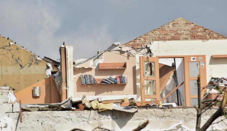 Muž v Moravské Nové Vsi spadl ze střechy, je těžce zraněný
