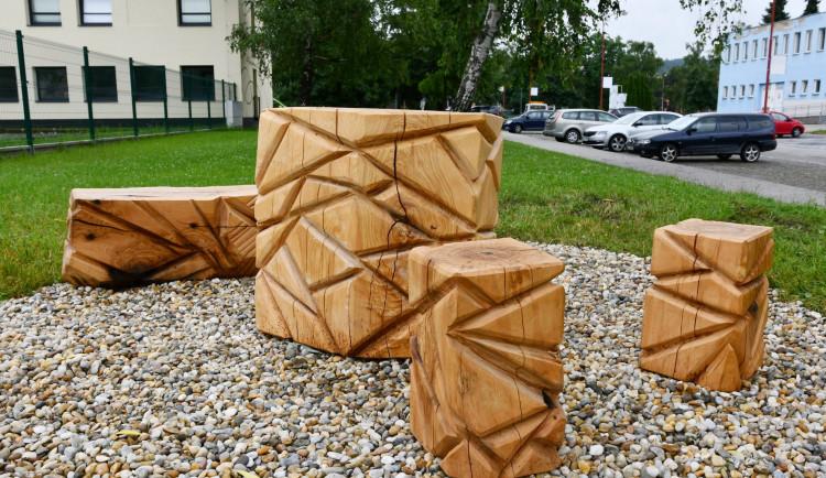 V Blansku přibyla dřevěná posezení. Odhlasovali si je lidé