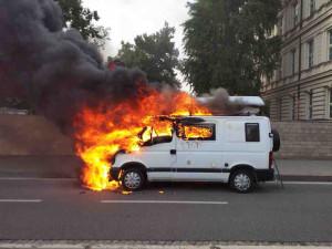Dodávku v Brně pohltily plameny, hasiči řešili i požár v ubytovně