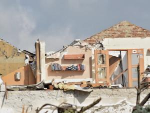 Přihlížení demolici domů je náročné. Poškozeným tornádem pomáhají psychologové