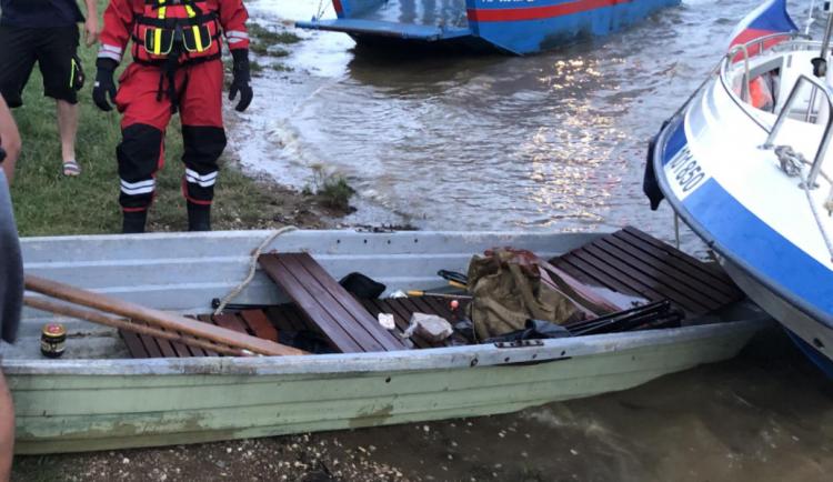 Pramice s pasažéry se začala potápět, rodinu zachránili policisté