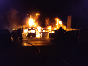 V centru Brna hořelo sedm zaparkovaných aut, škoda půjde do milionů