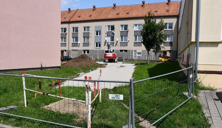 V centru Blanska vzniká nové parkoviště, hotové bude na podzim
