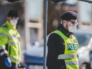 Hasiči, policisté a vojáci, kteří pomáhali proti covidu, dostanou odměnu