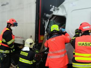 Dálnice D1 na Prahu je uzavřená kvůli nehodě dodávky a kamionu
