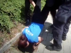 Káčata v Brně spadla do kanálu, nápaditě je zachránili strážníci