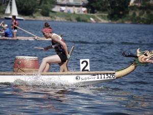 Brněnskou přehradu o víkendu brázdily dračí lodě