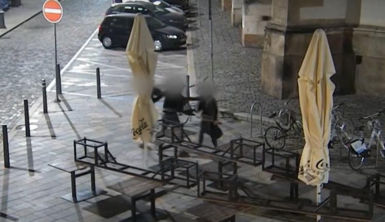 Brutální napadení v Brně, padaly pěsti i kopance