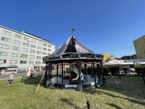 Na Mendlově náměstí v Brně stojí protiválečný pomník v podobě kolotoče