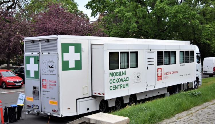Brněnský kamion pomáhá s očkováním v Pardubicích
