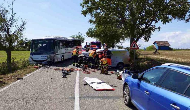 Na Brněnsku se srazilo auto s autobusem, na místě jsou zranění