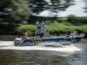 Potápějící loď zachránil bleskový zásah policie. Nyní hledá do týmu další hrdiny