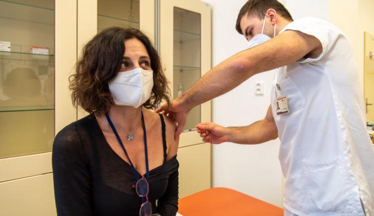 Rektoři vyzývají studenty k očkování, část studentů oponuje