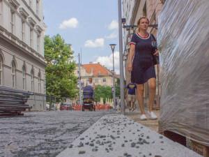 V brněnském centru pokládají novou kamennou dlažbu z Vysočiny a Jeseníků