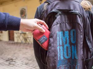 Dávej si pozor na zloděje, řekl muž v Brně cizince a sebral jí peněženku