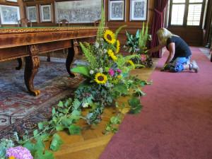 Rájecký zámek má po letech opravenou střechu a láká na květinovou výzdobu