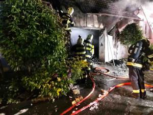 Plameny pohltily rodinný dům na Brněnsku