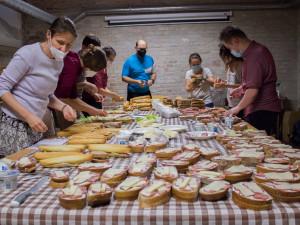 Brněnští dobrovolníci chystají bezdomovcům obložené chleby a bagety
