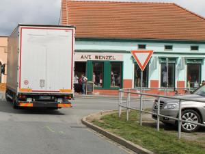 Na Brněnsku srazil náklaďák důchodce, na místě zemřel