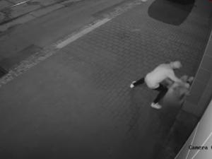 Mladík v Brně brutálně zmlátil a okradl opilého seniora