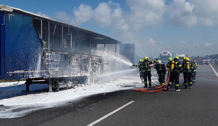 Na D1 u Vyškova hoří kamion, dálnici zamořil kouř