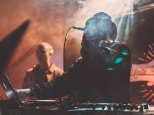 Regulace tance a rozestupy. Brněnské hudební kluby volají po zrušení opatření
