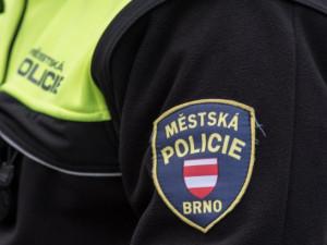 Muž v Brně si dal pervitin, půl litru rumu i marihuanu, pak napadl strážníky