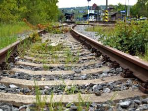 Vlak na jižní Moravě zastavila opilá cizinka ležící na kolejích