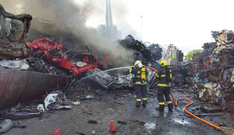 Jihomoravští hasiči likvidovali požár desítek aut na vrakovišti